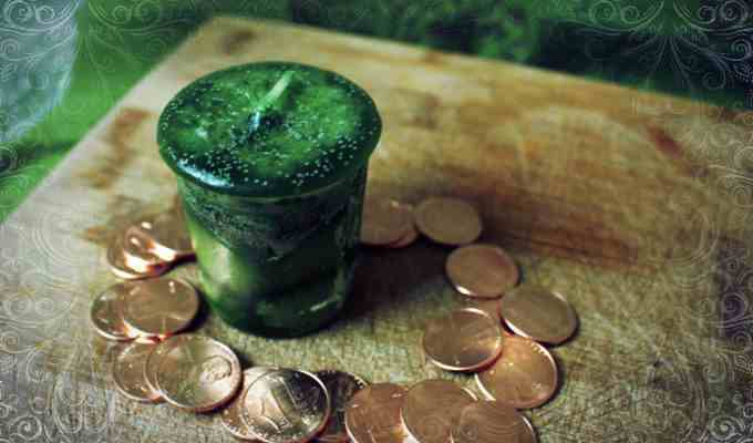 Монеты и зеленая свеча