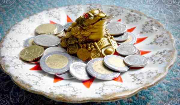Денежный талисман на блюдце с монетами