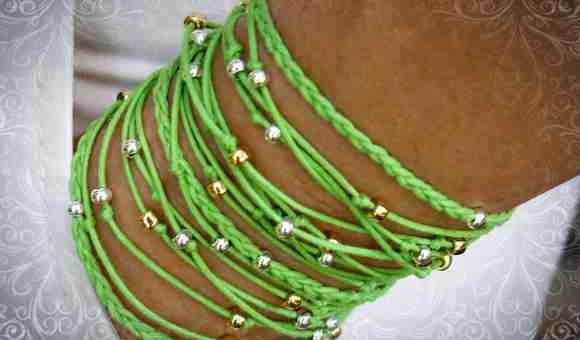 Зеленая нитка в виде браслета на руке