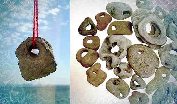 Натуральный амулет камень с дырочкой