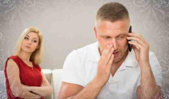 Муж разговаривает по телефону