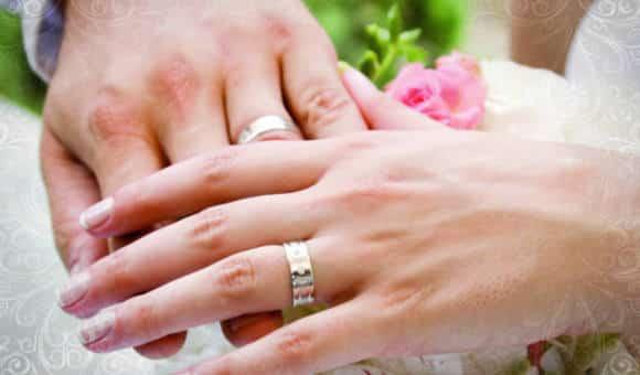 На каком пальце принято носить обручальные колечки ?