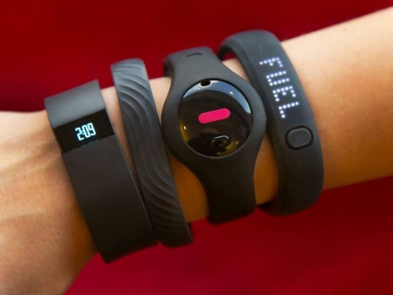 электронные часы на руке