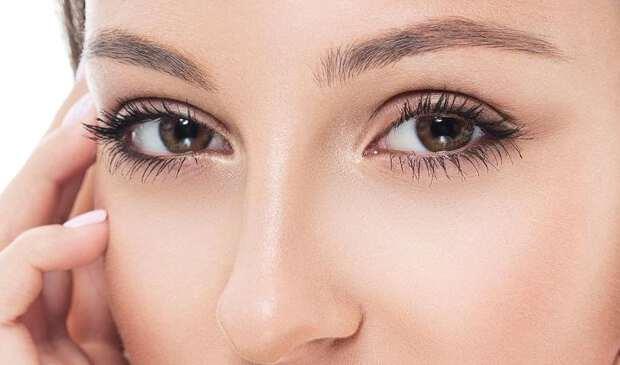 у девушки чешется левый глаз