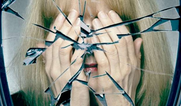 Разбитое зеркало – спасаемся от злого влияния приметы