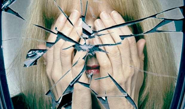 нельзя смотреть в зеркало, если оно разбилось