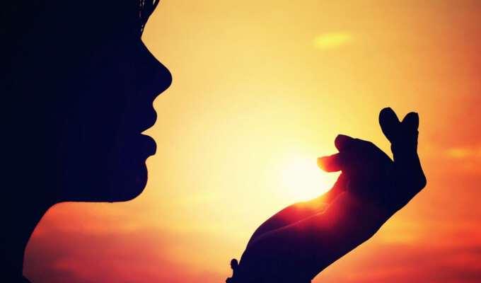 солнце отсвечивает сквозь левую руку девушки