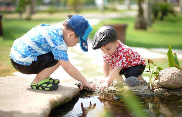 ребята играют во дворе