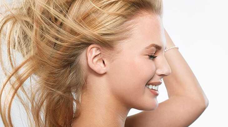 у женщины чешется правое ухо