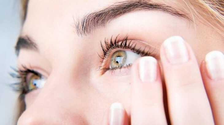 у женщины дергается правый глаз