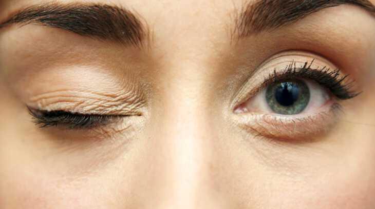 у женщины дернается правый глаз